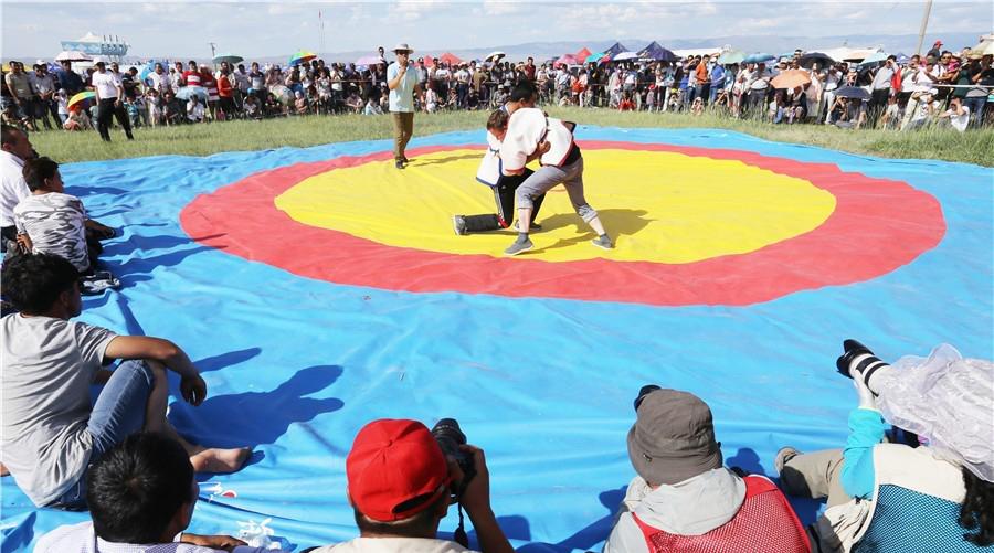 新疆巴里坤县举办少数民族传统体育运动会