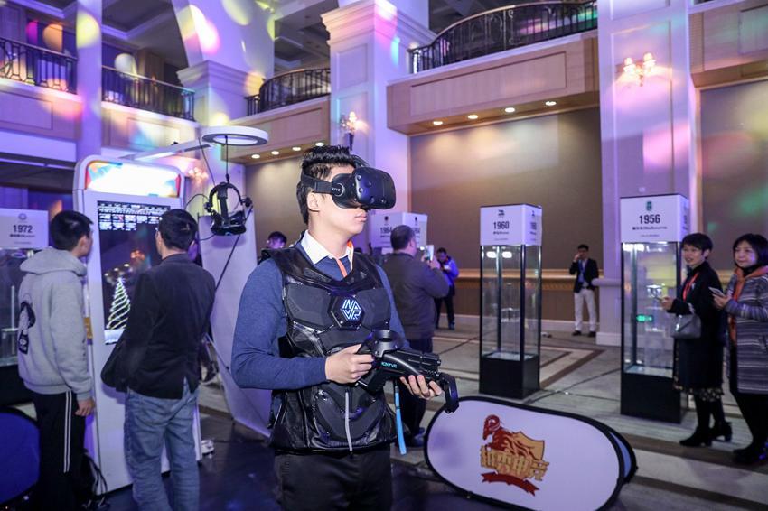 听众利用茶歇时间体验智能VR体育设备。